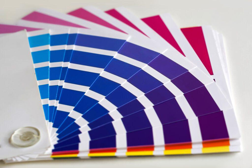 Vom herkömmlichen Standarddruck wie Aufkleber, Flyer, Geschäftsausstattungen, Notizblöcke,Visitenkarten, Kalender über Stoffdruck bis hin zu